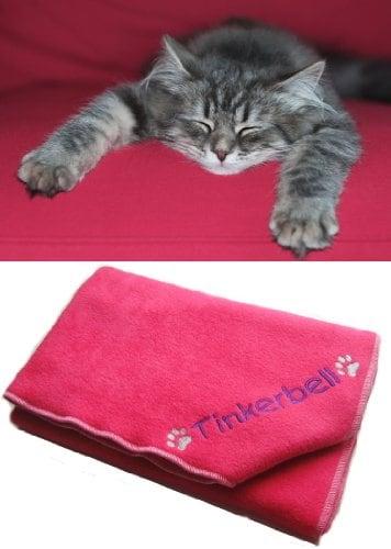 """Katzendecke, individuelle Bestickung, mit Pfotenabdruckmotiv, 70 x 70 cm, Pink. Für die individuelle Bestickung der Decke bitte den Namen oder das gewünschte Wort in das Geschenkmitteilungsfeld eingeben. Es ist beim Schritt """"Geschenkverpackung"""" während des Bezahlvorganges zu finden."""